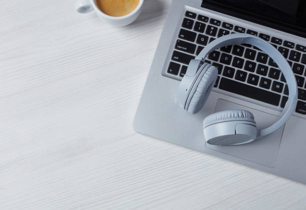Kopfhörer, Laptop und Kaffee – Foto