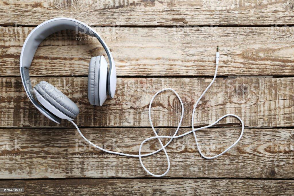 灰色的木桌上的耳機 免版稅 stock photo
