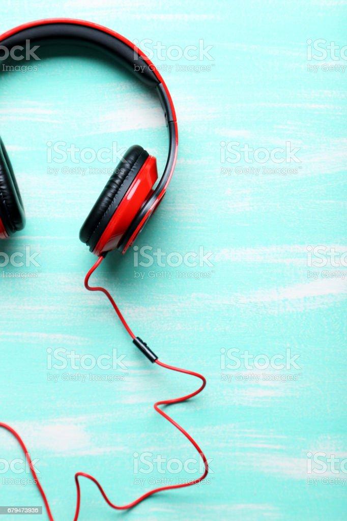 耳機上薄荷木桌前,關閉 免版稅 stock photo