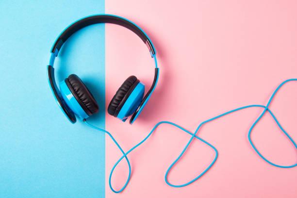 kopfhörer auf blau und rosa hintergrund, ansicht von oben - one song training stock-fotos und bilder