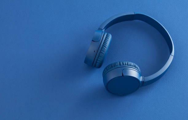 Kopfhörer auf blauem Hintergrund – Foto