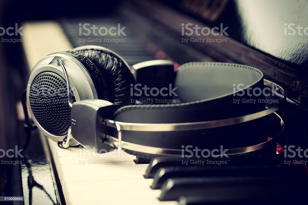 Casque sur un piano - Photo