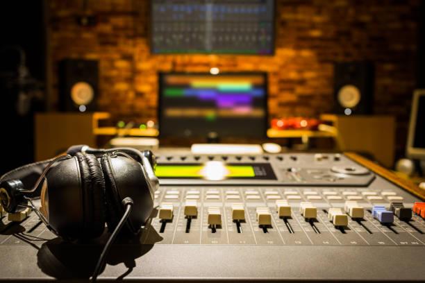 kopfhörer auf sound-mixer im digital recording studio - postproduktion stock-fotos und bilder