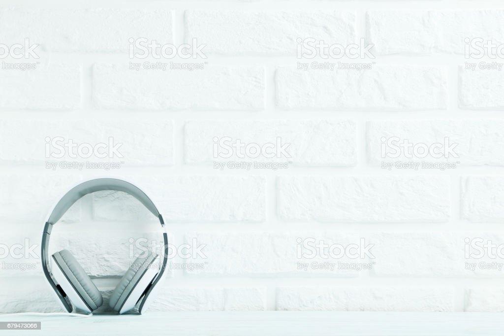對磚的背景牆上的耳機 免版稅 stock photo
