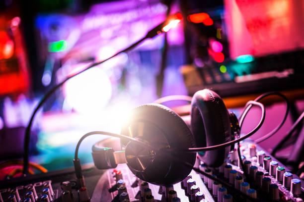 Fones de ouvido a mixagem em boate - foto de acervo