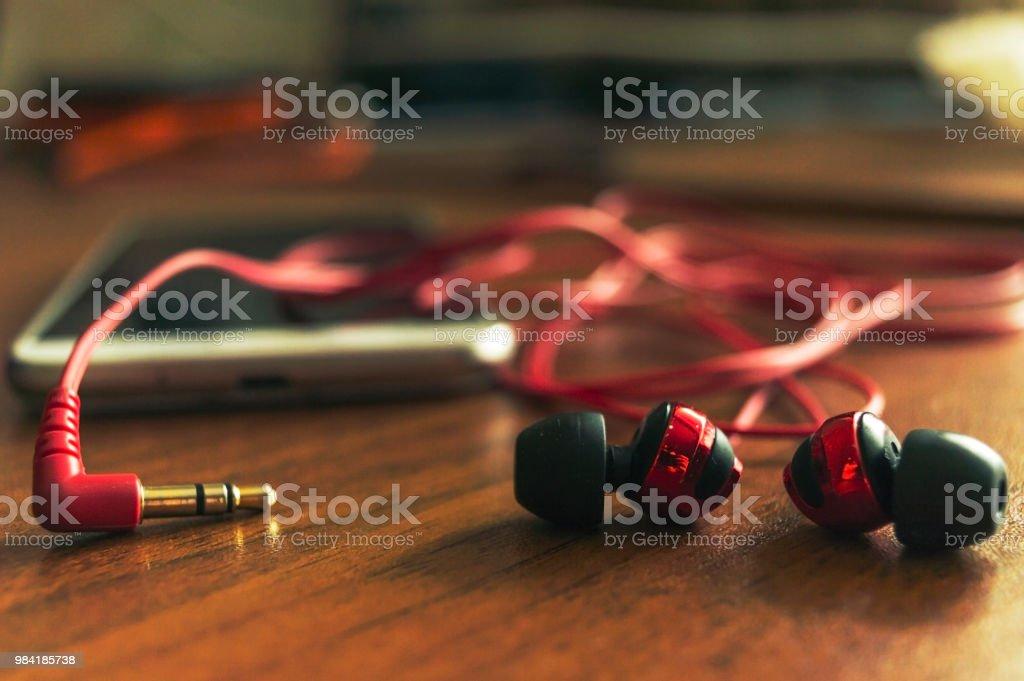 Fones de ouvido sobre a mesa - foto de acervo