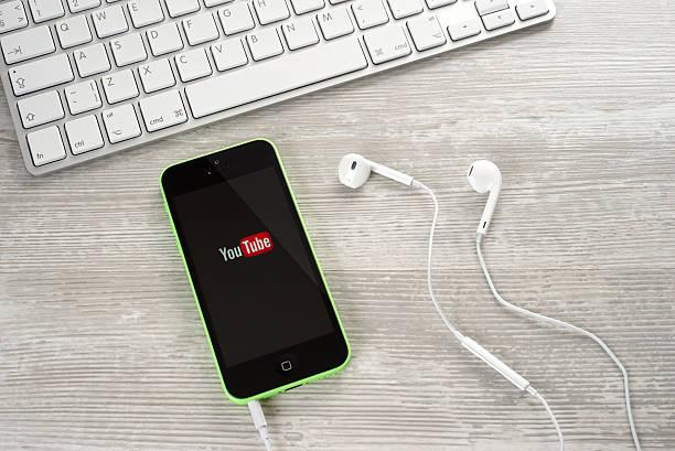 headphones - youtube stockfoto's en -beelden