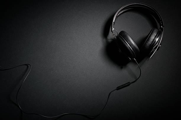 dj auriculares ubicado sobre negro - auriculares equipo de música fotografías e imágenes de stock