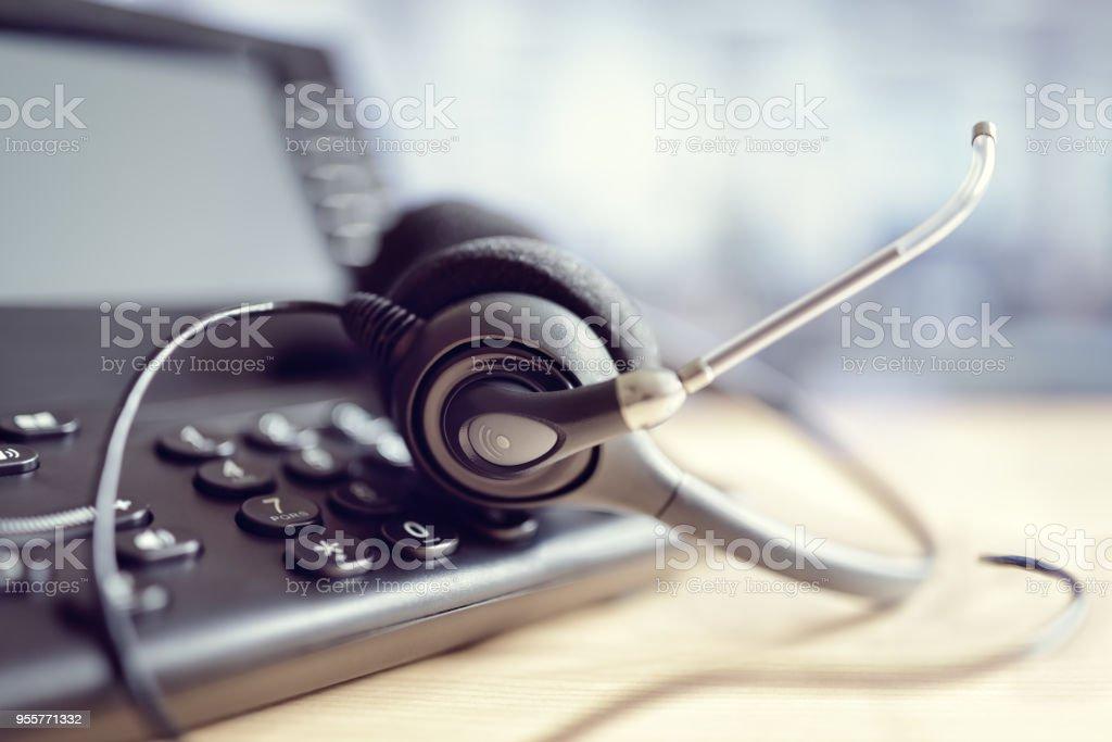 Kopfhörer-Kopfhörer und Telefon im Call-center – Foto