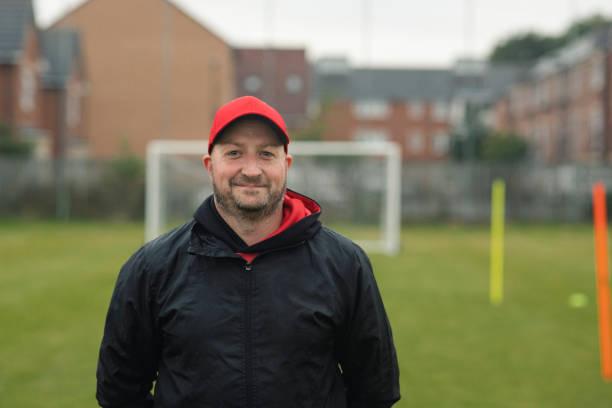 Kopfschuss eines männlichen Fußballtrainers – Foto