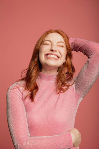 tiro na cabeça de uma ruiva sorridente - lifestyle color background - fotografias e filmes do acervo