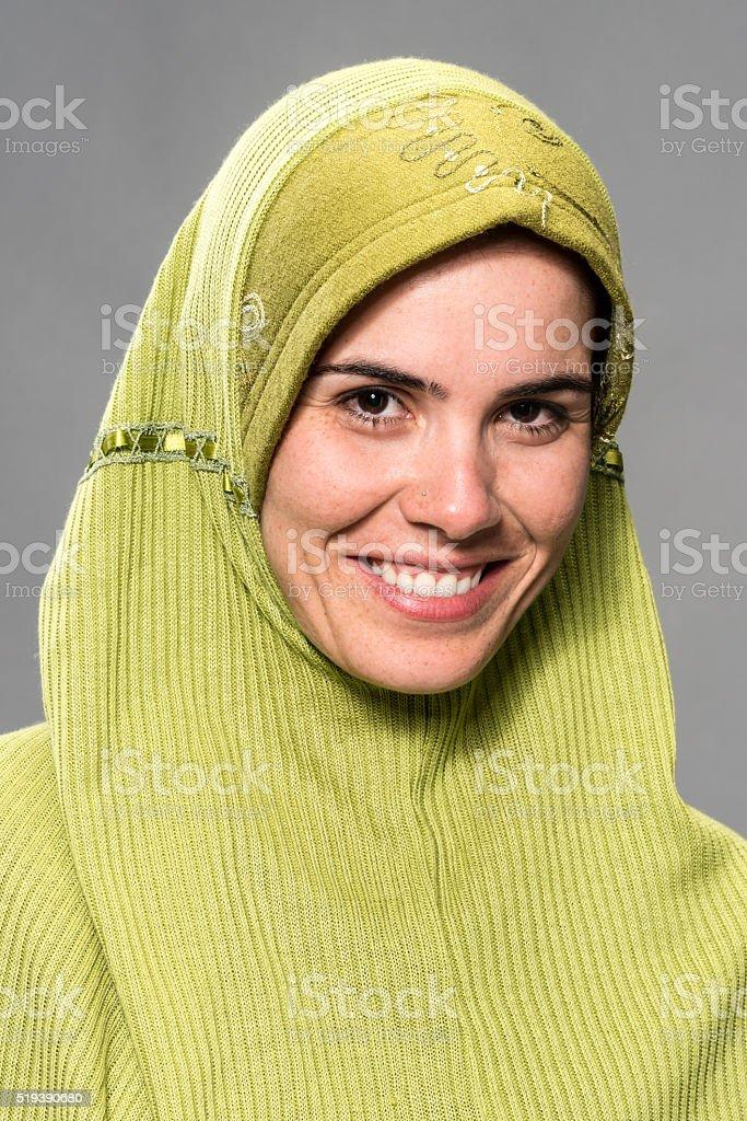 cdf840c05 Foto de Retrato De Uma Mulher Sorridente Em Verde Hijab e mais fotos ...