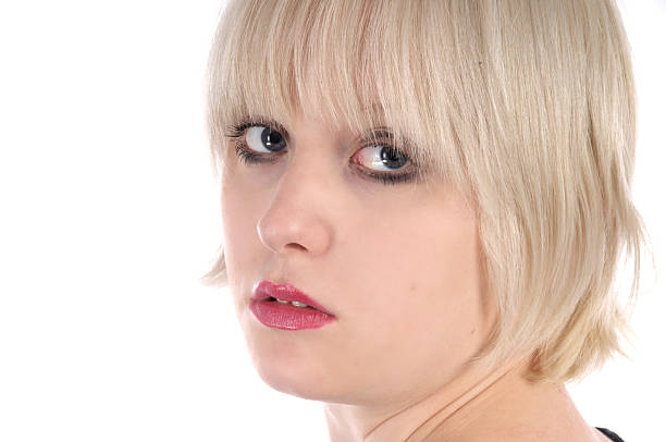 portrait der blonde mädchen. - kurzhaarfrisuren mit pony stock-fotos und bilder
