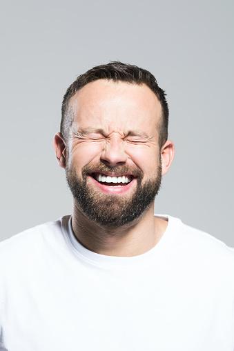 Kopfschuss Von Happy Bärtigen Jüngling Grauen Hintergrund Stockfoto und mehr Bilder von 30-34 Jahre