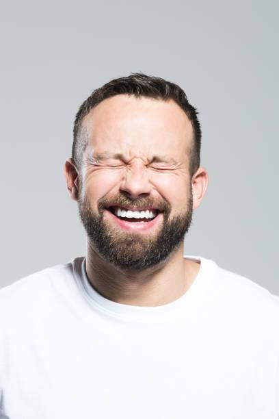 Kopfschuss von happy bärtigen Jüngling, grauen Hintergrund – Foto