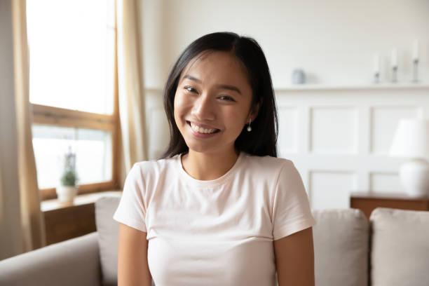 Headshot von Millennial asiatische Frau haben Videoanruf – Foto
