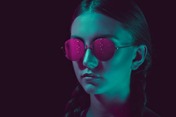 kopfschuss nachdenklichen jungen frau in stilvolle runde sonnenbrille - haarschnitt rundes gesicht stock-fotos und bilder