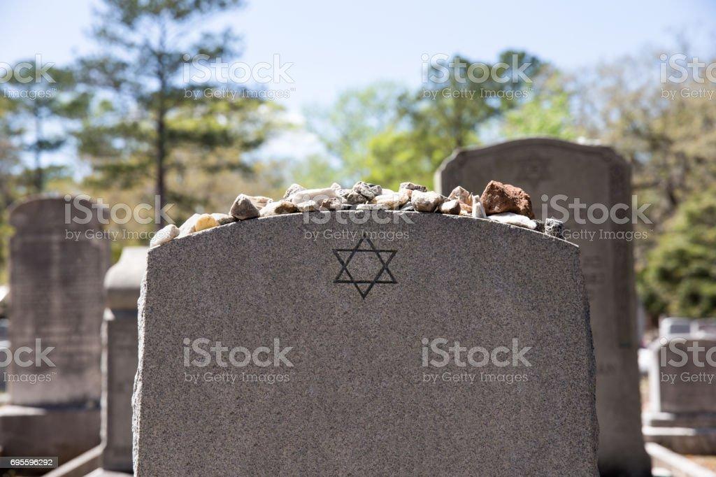 Grabstein im jüdischen Friedhof mit Davidstern und Speicher-Steinen - Lizenzfrei Alt Stock-Foto
