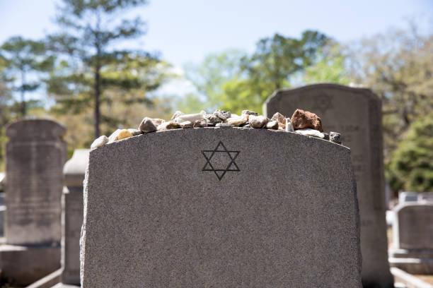 nagrobek na cmentarzu żydowskim z gwiazdą dawida i kamieniami pamięci - judaizm zdjęcia i obrazy z banku zdjęć