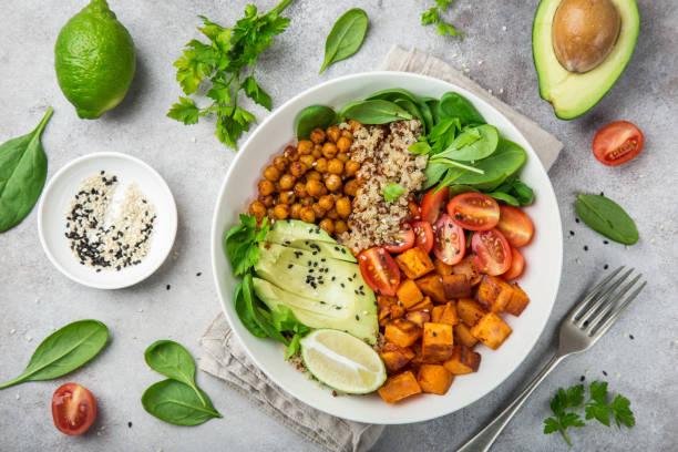 healhty wegańskiej misce na lunch. sałatka z awokado, komosy ryżowej, słodkich ziemniaków, pomidorów, szpinaku i ciecierzycy - słodki ziemniak zdjęcia i obrazy z banku zdjęć