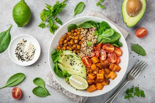 Healhty Vegan Lunch Bowl Avocado Quinoa Sweet Potato Tomato Spinach And Chickpeas Vegetables Salad - Fotografie stock e altre immagini di Alimentazione sana