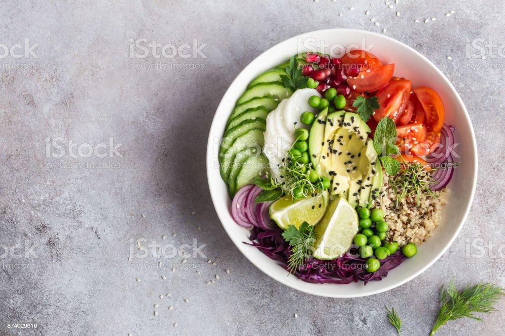 healhty taça de almoço vegan. Abacate, quinoa, tomate, pepino, repolho, ervilhas e salada de legumes rabanete. - foto de acervo