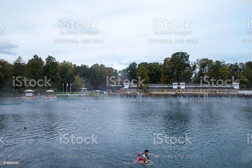 Healing Lake Heviz, Hungary. Autumn. People swiming in the thermal – Foto