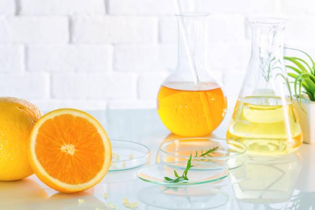 gezondheid en schoonheid achtergrond citrus etherische, onderzoek en proeven van natuurlijke organische concept aan vitamine c, schoonheid de therapie van het aroma van de zorg. - vitamine c stockfoto's en -beelden
