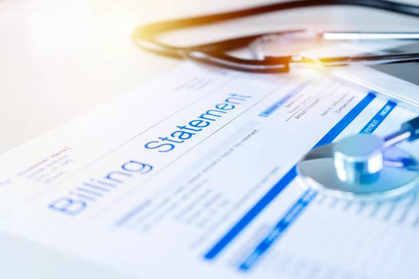 factuuroverzicht gezondheidszorg met stethoscoop - snavel stockfoto's en -beelden