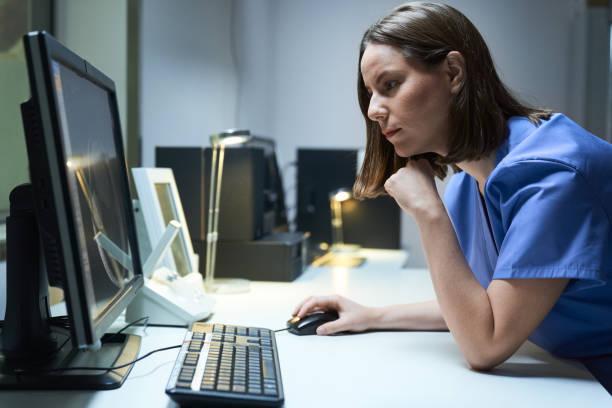 Gesundheitsfürsorge weiblicher Arbeitnehmer im Krankenhaus mit Computer und MRT – Foto