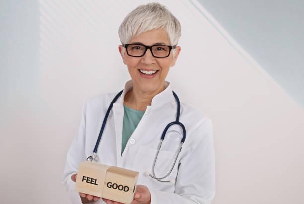 gesundheitsfürsorge, medizin, prävention, feel good konzept. porträt von freundlichen, lächelnden selbstbewussten ärztin - arzt zitate stock-fotos und bilder