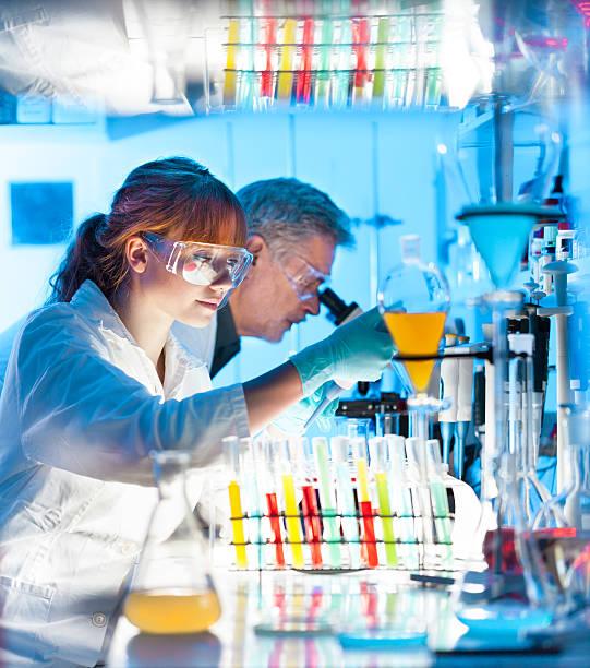 Wellness-Experten arbeiten im Labor. – Foto