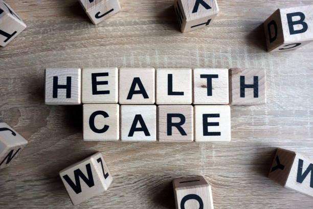 health care text aus holzklötzen - arzt zitate stock-fotos und bilder