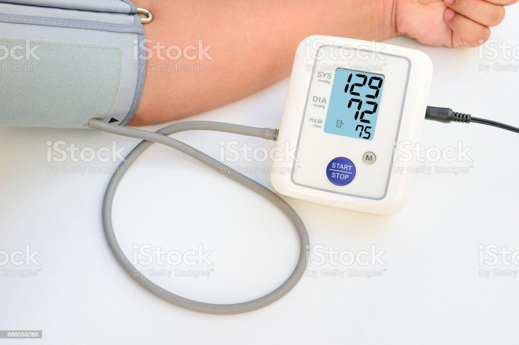 Hälsa konceptet kvinnor tar hand för hälsa med blodtrycksmätare. royaltyfri bildbanksbilder