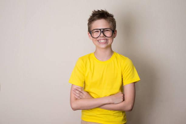 Gesundheit, Bildung und Menschen Konzept. Glücklich teenboy in geschweiften Klammern und Brillen Lächeln auf den Lippen. – Foto