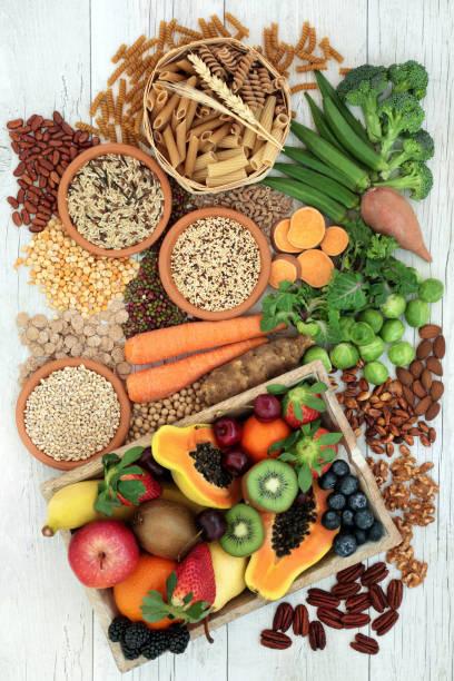 aliments naturels pour un régime riche en fibre haute - fibre photos et images de collection