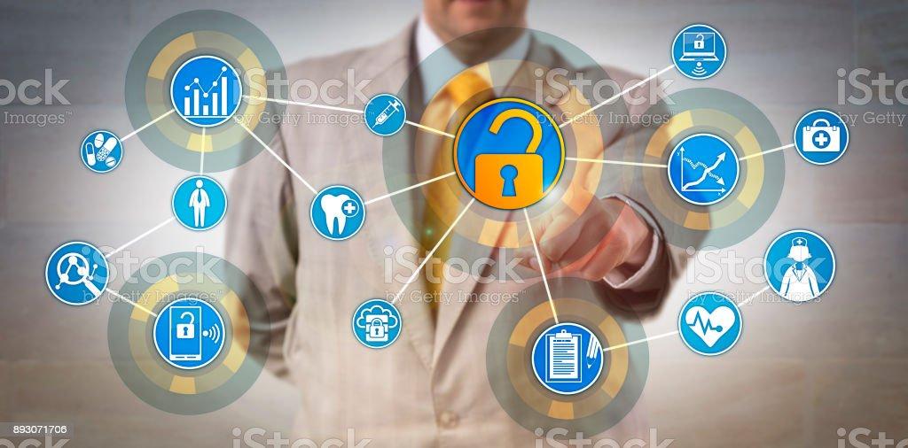 Gerente de informações de saúde acessando a rede de dados - foto de acervo