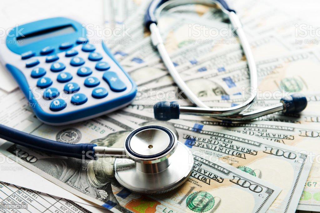 Formulaire de demande d'assurance-maladie avec concept de billets de banque et stéthoscope pour la planification de la vie - Photo