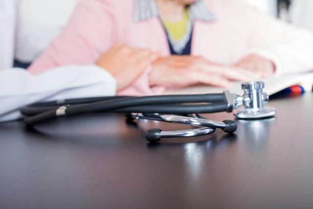 seguro de salud  - geriatría fotografías e imágenes de stock