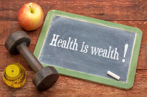 gesundheit ist reichtum text auf tafel - motivationsfitness zitate stock-fotos und bilder