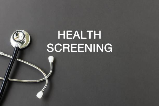 gezondheid screening tekst met de stethoscoop - sneakpreview stockfoto's en -beelden