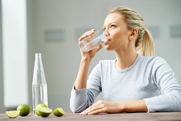 fitness-trend - wasser trinken abnehmen stock-fotos und bilder