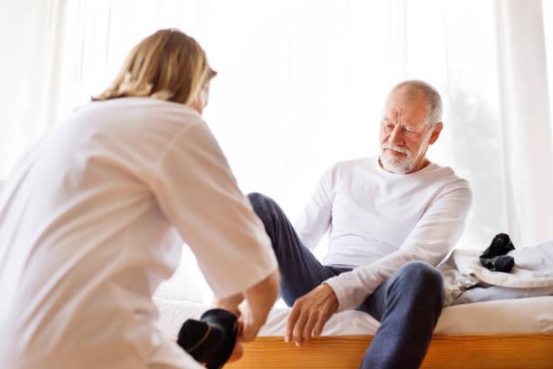 Visite de santé visiteur senior homme et au cours de la maison. - Photo