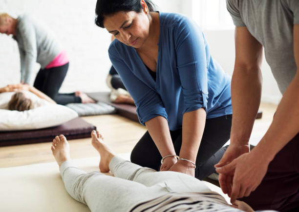 gesundheit wellness massage trainingskonzept - wellness seminar stock-fotos und bilder