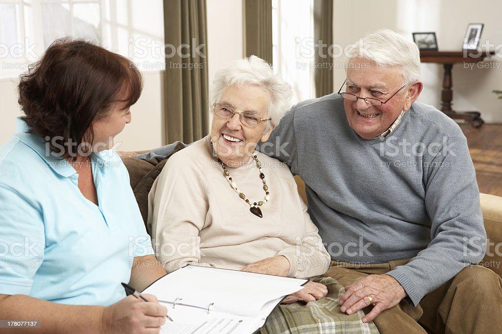 Fitness-Arbeiter, die ein Gespräch mit Altes Paar – Foto