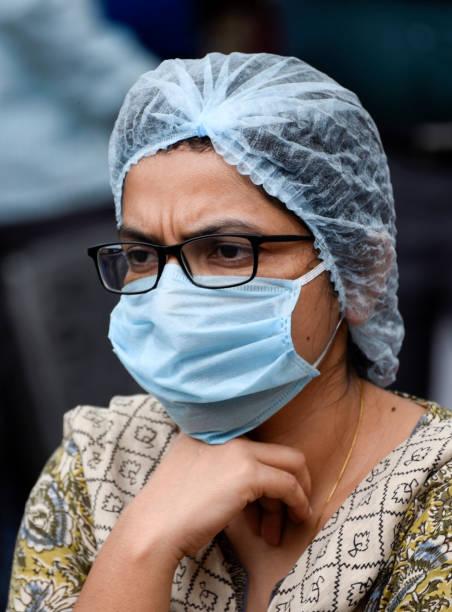 Ein Gesundheitsarbeiter mit Schutzmaske und Kopfkappe – Foto