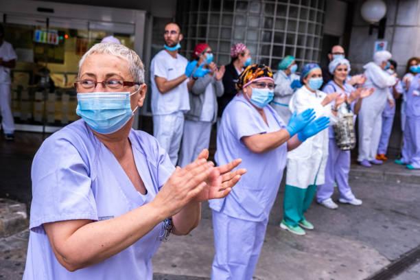 mitarbeiter des gesundheitswesens applaudieren. coronavirus-reaktion in valencia, spanien - editorial stock-fotos und bilder