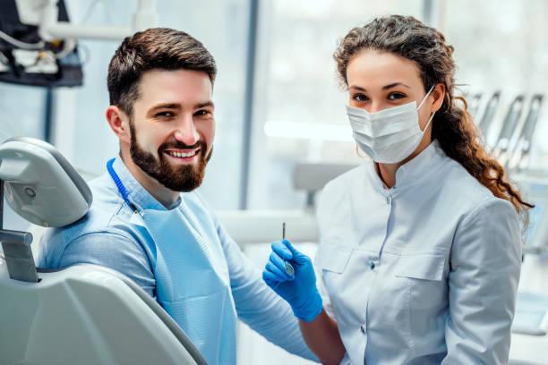 sjukvård och medicin koncept. - two dentists talking bildbanksfoton och bilder