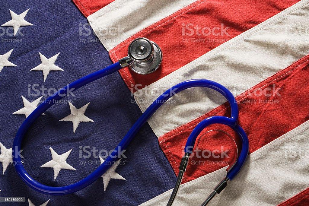 EUA saúde e medicina reforma política, bandeira americana com Estetoscópio - foto de acervo