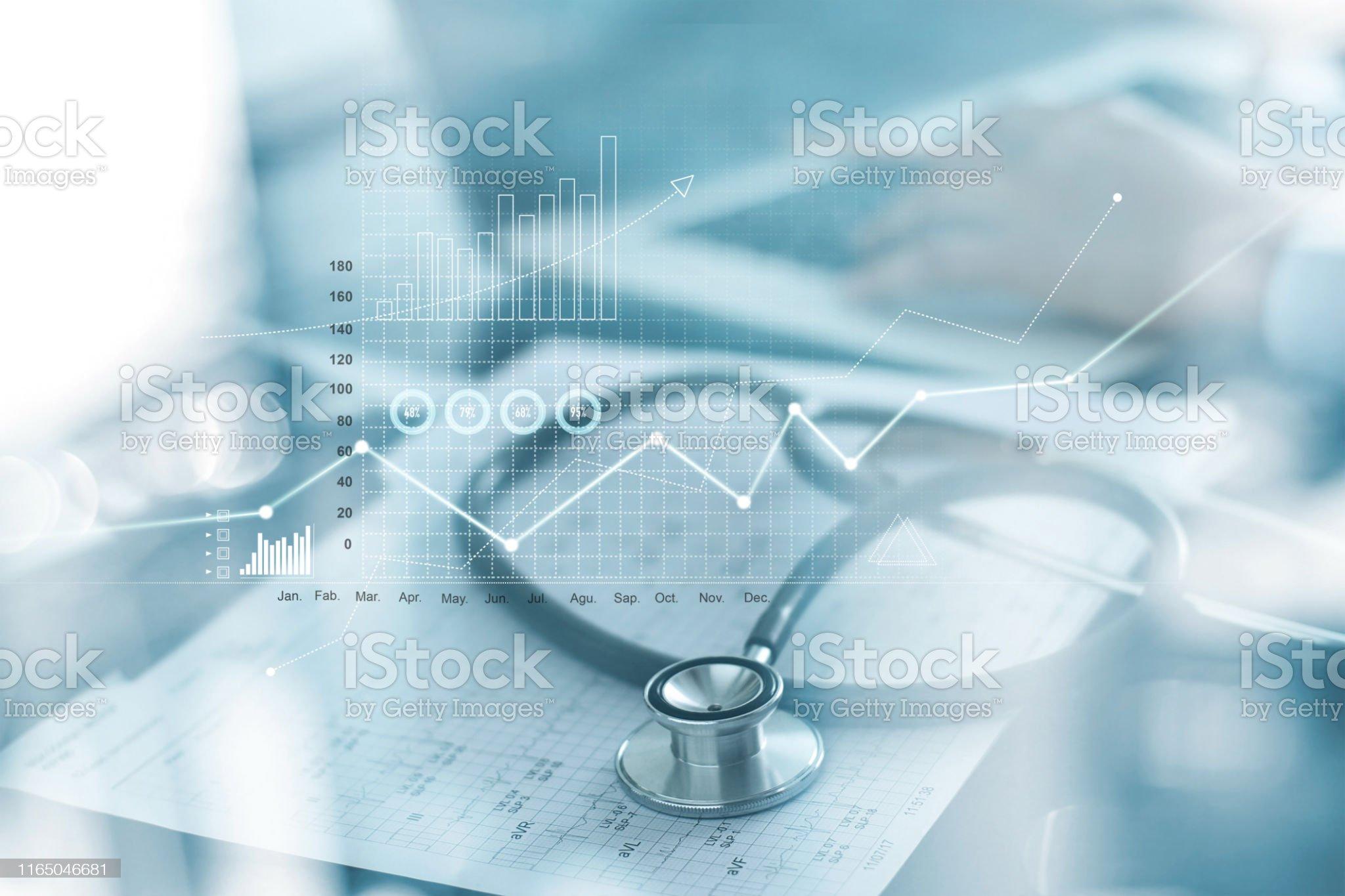 Gráfico de negócio dos cuidados médicos e exame médico e homem de negócios que analisam dados e carta de crescimento no fundo blured - Foto de stock de Saúde e Medicina royalty-free
